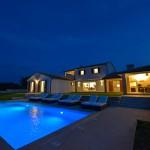 Abendstimmung - Blick vom Pool Richtung Außengrill und Veranda