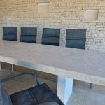 Außensitzbereich mit massivem Steintisch und 10 bequemen Sitzmöglichkeiten
