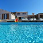 Ansicht vom Pool Richtung Wohnbereich und rechts Außenküche